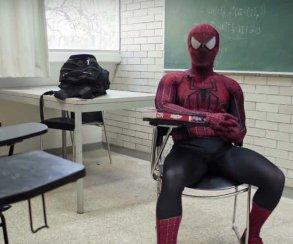 Лектор в университете в Мехико ведет занятия в костюме Человека-паука