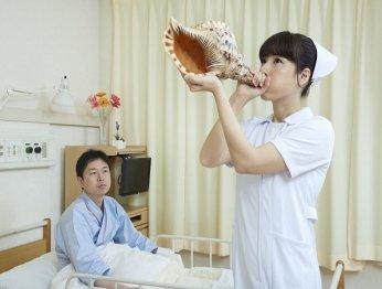 Японская медсестра делает странные вещи нафото
