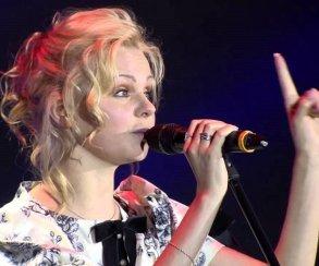 Бывшая вокалистка «Ленинграда» спела про школьников намитингах