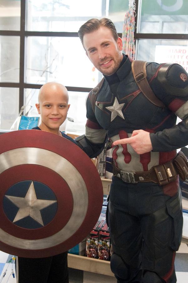 Крис Эванс и Крис Прэтт навестили больных детей в госпитале Сиэтла . - Изображение 5