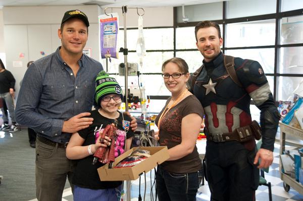 Крис Эванс и Крис Прэтт навестили больных детей в госпитале Сиэтла . - Изображение 8