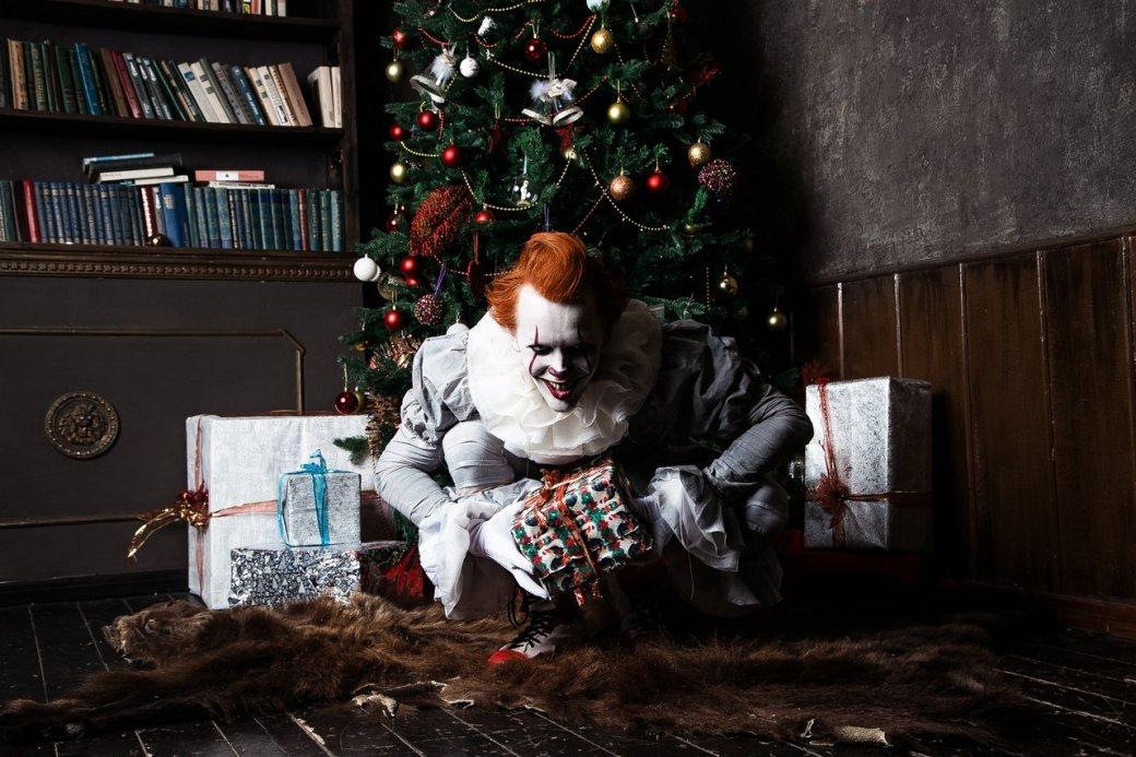 Самый жуткий новогодний косплей дня: клоун Пеннивайз изфильма «Оно» меняет имидж. - Изображение 3
