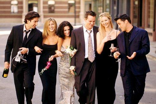 «Друзья» снова вместе! Дженнифер Энистон поделилась фото сосновными актерами культового сериала