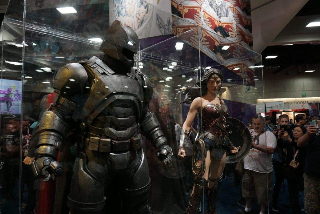Костюмы, гаджеты и фигурки Бэтмена на Comic-Con 2015 | Канобу - Изображение 14